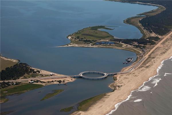 Cây cầu Laguna Garzónnối giữa hai thành phố Rocha và Maldonado ở bờ nam Uruguay.(Ảnh: Bored Panda)