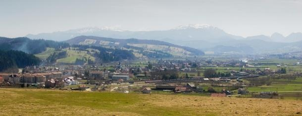 Đường chân trời được tạo ra bởi dãy núi Tainita. Ảnh: Internet