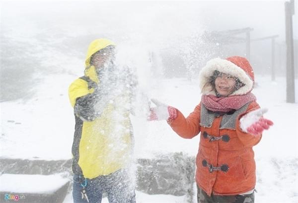 Nhiều khách du lịch đổ dồn về Sa Pa để tham qua khi tuyết rơi. Ảnh: Zing.vn