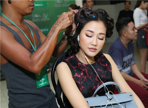 Maya say sưa nghe nhạc trong thời gian được hỗ trợ về phần ngoại hình. - Tin sao Viet - Tin tuc sao Viet - Scandal sao Viet - Tin tuc cua Sao - Tin cua Sao