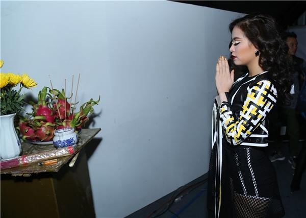 Nữ chủ nhân của hit Bánh trôi nước tuần vừa qua đang khấn nguyện để lại có màn trình diễn như ý. - Tin sao Viet - Tin tuc sao Viet - Scandal sao Viet - Tin tuc cua Sao - Tin cua Sao