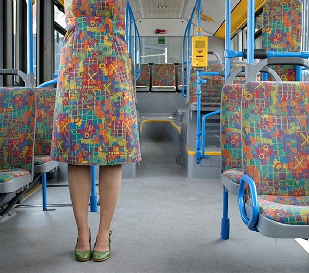 Không lẽ cô gái dùng vải cho ghế xe buýt may váy?