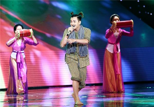 Ngô Kiến Huy xuất hiện trong chiếc áo bà ba – đặc trưng của miền quê Nam Bộ. - Tin sao Viet - Tin tuc sao Viet - Scandal sao Viet - Tin tuc cua Sao - Tin cua Sao