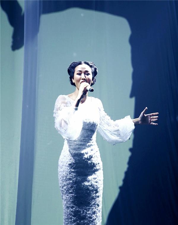Mở đầu bài hát, team Maya ghi điểm mạnh mẽ với màn trình diễn cùng bóng trên nền vải trắng. - Tin sao Viet - Tin tuc sao Viet - Scandal sao Viet - Tin tuc cua Sao - Tin cua Sao