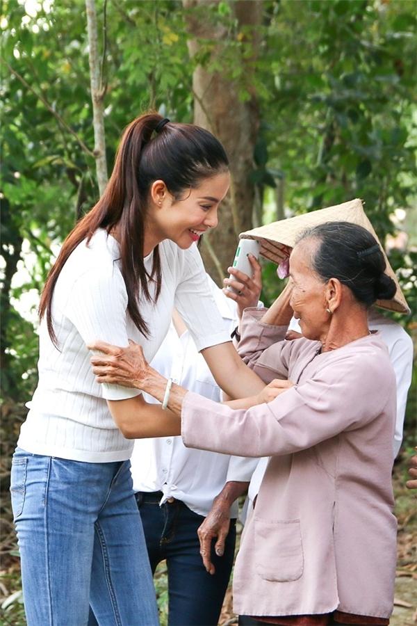 Hoa hậu Hoàn vũ Việt Nam trong trang phục áo thun, quần jeans đơn giản, luôn nở nụ cười trên môi và thân thiện với bà con tại các xóm nghèo. - Tin sao Viet - Tin tuc sao Viet - Scandal sao Viet - Tin tuc cua Sao - Tin cua Sao