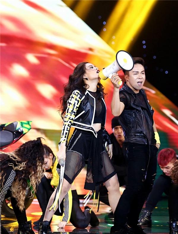 Khác với thông thường, sau phần khuấy động của dancer, nữ ca sĩ mới xuất hiện từ phía cánh phải sân khấu với chiếc loa trên tay. - Tin sao Viet - Tin tuc sao Viet - Scandal sao Viet - Tin tuc cua Sao - Tin cua Sao