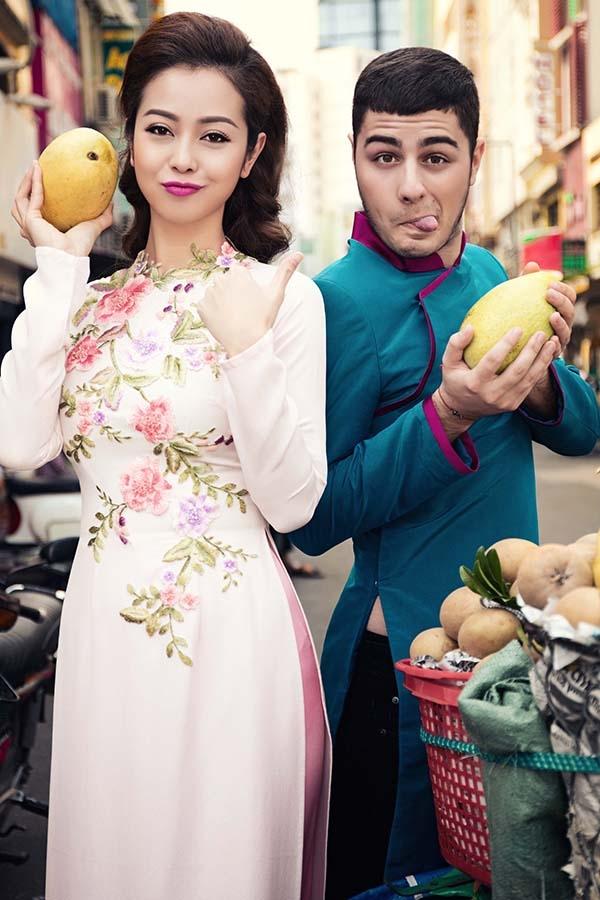 Trong không khí nhộn nhịp của những ngày Tết đang về, Jennifer và người bạn của mình đã rất háo hức khi cùng nhau lựa chọn những món đặc sản của Việt Nam để làm quà lưu niệm cho bạn bè. - Tin sao Viet - Tin tuc sao Viet - Scandal sao Viet - Tin tuc cua Sao - Tin cua Sao