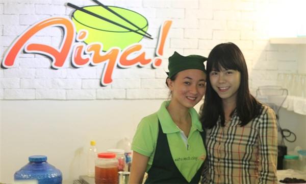 Uyên Vy chụp ảnh cùng nhân viên tại Aiya! Thế giới ăn vặt. (Ảnh: Internet)
