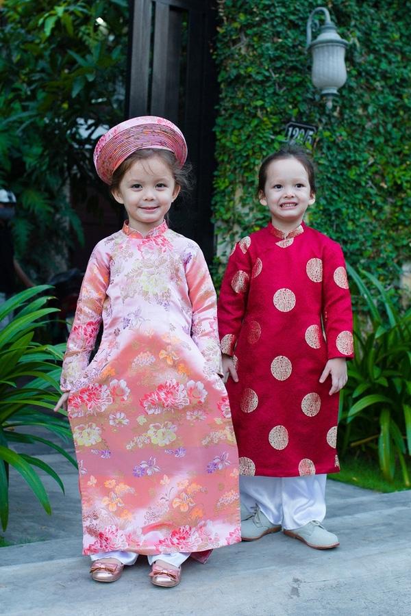 Hai bé sinh đôi Tôm - Tép mặc áo dài truyền thống chụp ảnh Tết vô cùng vui vẻ và đáng yêu. - Tin sao Viet - Tin tuc sao Viet - Scandal sao Viet - Tin tuc cua Sao - Tin cua Sao