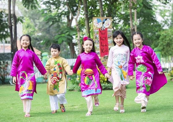 Các cô nhóc cậu nhóc đáng yêu vô cùng trong những thiết kế áo dài truyền thống đậm sắc xuân tươi tắn. - Tin sao Viet - Tin tuc sao Viet - Scandal sao Viet - Tin tuc cua Sao - Tin cua Sao