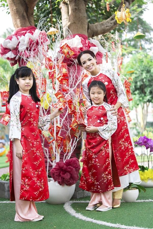 Ba mẹ con người mẫu Thuý Hạnh, Suli và Suti rực rỡ đón Tết trong ba bộ áo dài đỏ pha trắng với hoa tiết hoa li ti giống hệt nhau. - Tin sao Viet - Tin tuc sao Viet - Scandal sao Viet - Tin tuc cua Sao - Tin cua Sao