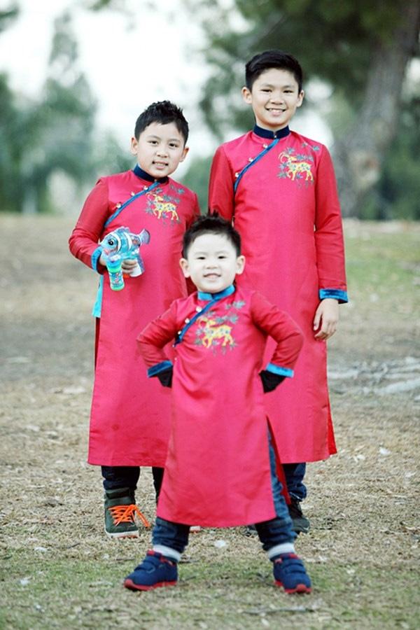 Ba cậu ấm nhà nam ca sĩ Bằng Kiều cũng được mẹ Trizzie Phương Trinh diện ba bộ áo dài đỏ giống nhau, kết hợp với quần bò và giày thể thao phá cách ngày xuân. - Tin sao Viet - Tin tuc sao Viet - Scandal sao Viet - Tin tuc cua Sao - Tin cua Sao