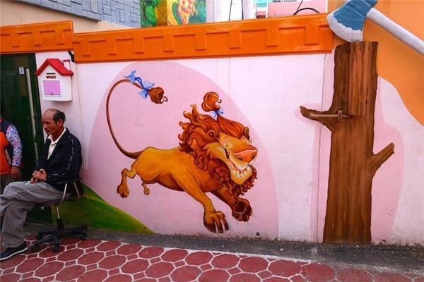 Sư tử hèn nhát tung tăng...(Ảnh: Trip Zilla)