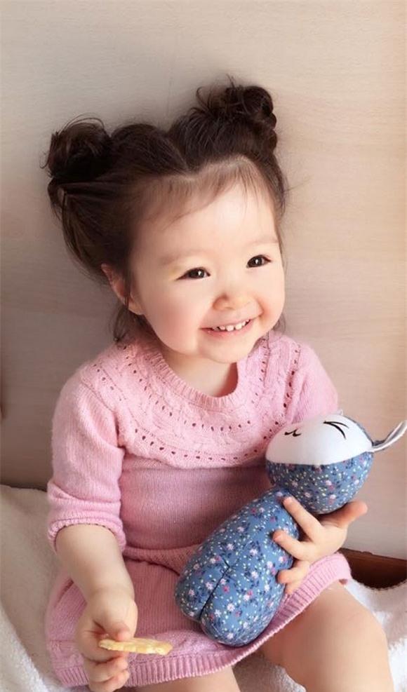 Elly Trần khoe ảnh con gái cười tươi rói khi đangăn bánh. - Tin sao Viet - Tin tuc sao Viet - Scandal sao Viet - Tin tuc cua Sao - Tin cua Sao