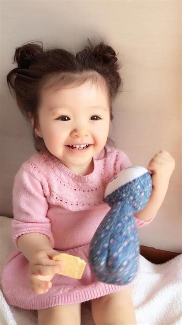 Chỉ cần nhìn thấy nụ cười tươi rói này cũng đủ làm mềm lòng những ai yêu thích trẻ con. - Tin sao Viet - Tin tuc sao Viet - Scandal sao Viet - Tin tuc cua Sao - Tin cua Sao