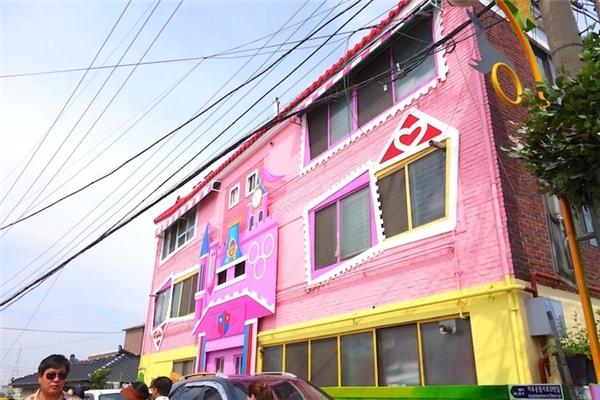 Chỉ một chút biến tấu, khu nhà ổ chuột đã biến thành một thiên đường mà ai cũng mong muốn sở hữu.(Ảnh: Trip Zilla)