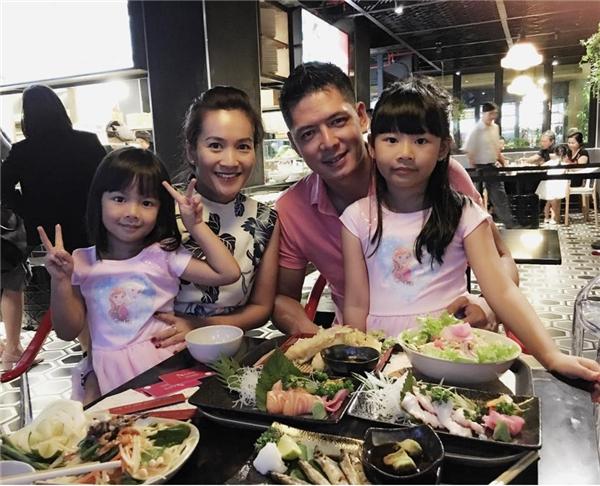 Không những vậy, Bình Minh còn có trong tay một gia đình hạnh phúc với người vợ tài giỏi cùng hai cô con gái xinh xắn. - Tin sao Viet - Tin tuc sao Viet - Scandal sao Viet - Tin tuc cua Sao - Tin cua Sao