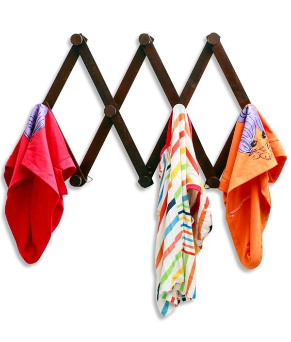 Những thanh gỗ được làm thành móc treo áo, khăn. (Ảnh: Internet)
