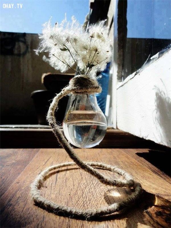 Bóng đèn được tận dụng để trang trí. (Ảnh: Internet)