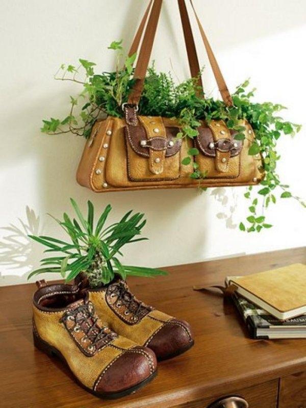 Tạo không gian xanh cho căn nhà bằng túi xách, giày cũ. (Ảnh: Internet)