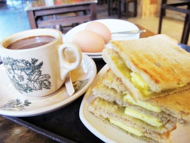 Bánh mì kaya cùng teh tarik là bữa ăn sáng căn bản của người Malaysia và Singapore, như cách người Việt Nam ăn bánh mì và uống cà phê mỗi sáng vậy. Mỗi phần bánh mì kaya sẽ gồm hai miếng bánh sandwich kẹp lại với nhau, chính giữa là mứt dừa hoặc ăn cùng bơ. Nếu muốn ăn mặn, bạn có thể dùng với trứng ốp lết.(Ảnh: Internet)