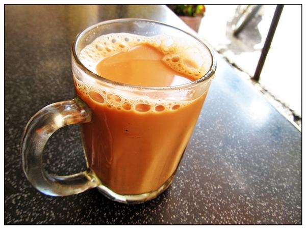 """Và cuối cùng, không thể quên món trà sữa """"huyền thoại"""" của người dân Malaysia. Nhìn ngắm những người bán hàng """"kéo"""" trà sữa thật dài mà không bị đổ ra ngoài cũng là một trải nghiệm độc đáo khi thưởng thức teh tarik. (Ảnh: Internet)"""