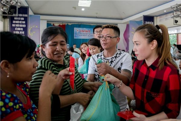 Anh trai của Mỹ Tâm cũng tham gia chuyến đi phát quà cùng em gái. - Tin sao Viet - Tin tuc sao Viet - Scandal sao Viet - Tin tuc cua Sao - Tin cua Sao