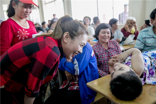 Mỹ Tâm hạnh phúc, vỗ tay theo lời ca của một cô bé khuyết tật - Tin sao Viet - Tin tuc sao Viet - Scandal sao Viet - Tin tuc cua Sao - Tin cua Sao