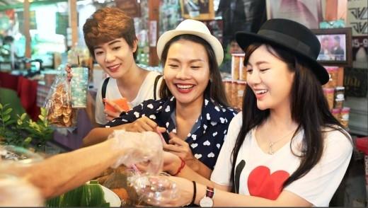 Tú Linh, Kim Nhã và MC Như Quỳnh thưởng thức những món ăn đặc trưng của Thái.