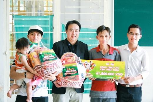 Vũ công Lâm Vinh Hải - đại sứ thương hiệu B'smart cùng đại diện của Đội công tác xã hội Thanh niên TP. HCM tặng quà cho Viện thiên thần.