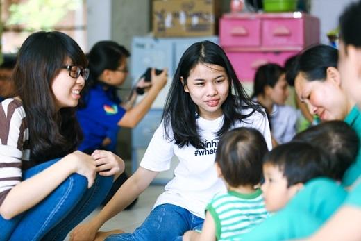 Lâm Vinh Hải cùng mọi người vui chơi với các em nhỏ tại Viện thiên thần.