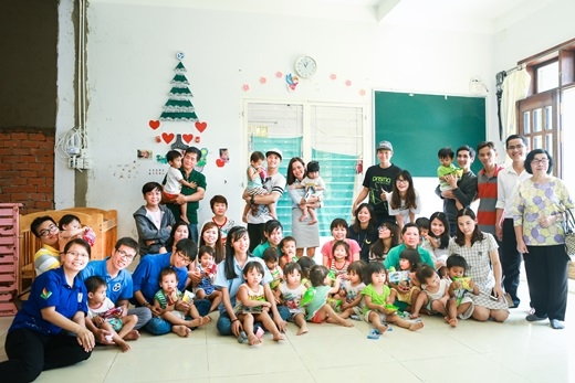 Mọi người trong đoàn chụp hình kỷ niệm với các em nhỏ và bảo mẫu tại Viện thiên thần.