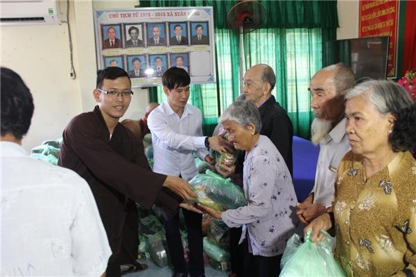 Tại chương trình, hơn 150 phần quà đã được trao cho các cụ già neo đơn, tàn tật. - Tin sao Viet - Tin tuc sao Viet - Scandal sao Viet - Tin tuc cua Sao - Tin cua Sao