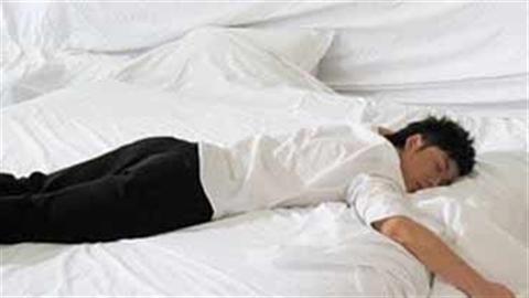 Nằm tư thế sấp sẽ làm cho ngực và bụng bị chèn ép gây ra tình trạng thiếu ôxy và khó thở. Ảnh minh họa.