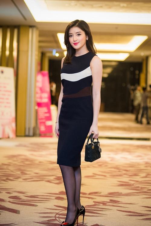 Diện bộ váy đen ôm sát đơn giản nhưng Huyền My vẫn nổi bật và thu hút nhờ tỉ lệ thân người cân đối. Cách phối phụ kiện tông xuyệt tông của Á hậu Việt Nam 2014 nhận được nhiều lời khen bởi sự tinh tế.
