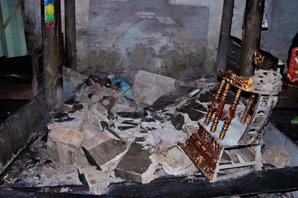 Bên trong ngôi nhà đổ nát