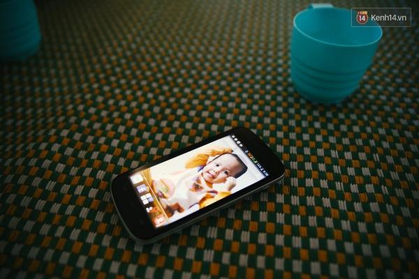 Những ngày cuối tuần không đi làm, chị Yến ngồi ở một góc nhà nhìn ngắm con qua màn hình điện thoại.