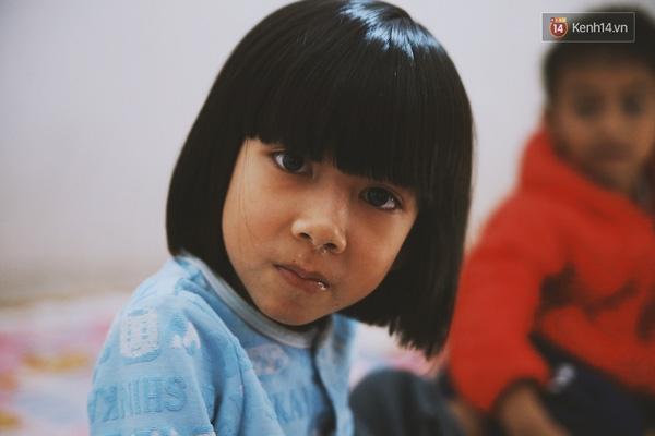 """Con gái đầu của chị Yến, bé Hải Anh chỉ mới 7 tuổi và vẫn ngây thơ nói: """"Em con đi đâu chơi từ lâu rồi mà chưa về""""."""