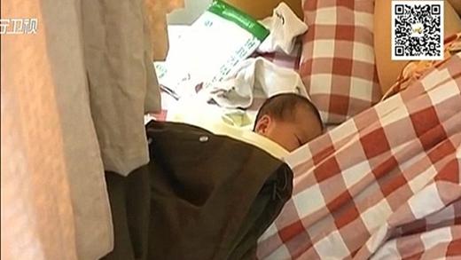 Một cô lao công đã phát hiện Xiao Li cùng đứa bé mới sinh khi đến dọn dẹp. (Ảnh: Internet)