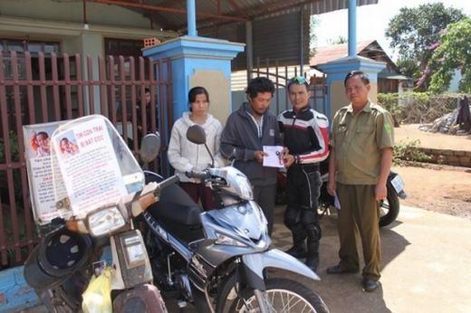 Anh Huynh nhận xe từ các nhà từ thiện. (Ảnh: Internet)