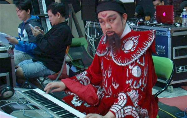 Quá nổi tiếng với vai trò là một diễn viên hài, nhưng hiếm người biết Chí Tài là một nhạc công guitar tài giỏi trong ban nhạc ChíTài Brother vào những thập niên 70. - Tin sao Viet - Tin tuc sao Viet - Scandal sao Viet - Tin tuc cua Sao - Tin cua Sao