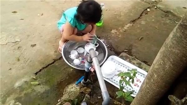 Cách đây không lâu, hình ảnh cô bé khoảng chừng 4, 5 tuổi phụ bố mẹ rửa ấm chén ngày Tết cũng được rất đông giới trẻ quan tâm và yêu thích.(Ảnh: Internet)