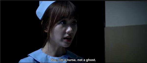 Không chỉ khung cảnh nơi bệnh viện xám xịt, những người bác sĩ làm việc tại đây dường như cũng che giấu một bí mật liên quan đến người chết, hồn ma.