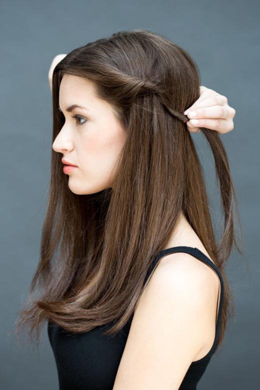 Bước 1: Bắt một lọn tóc dày khoảng 2,5cm rồi xoắn nó theo chiều hướng ra sau. Nếu tóc bạn mỏng, hãy luồn tay vào kéo tơi nó ra để tạo độ phồng. (Ảnh: Stephanie Stanley)