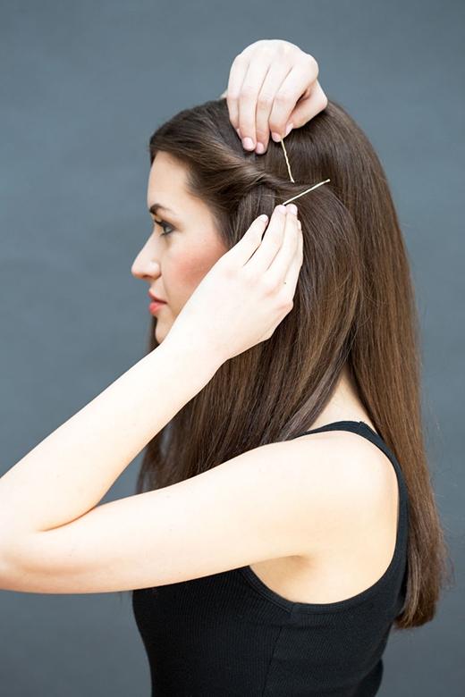 Bước 2: Dùng 2 kẹp tăm cố định lại lọn tóc. Bắt chéo kẹp thành hình chữ X và để chúng lộ ra ngoài để trang trí. (Ảnh: Stephanie Stanley)