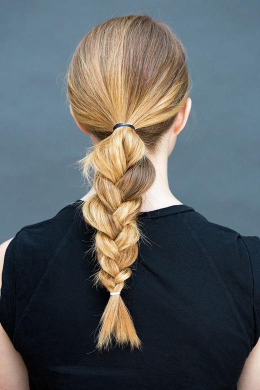 Bước 1: Cột tóc đuôi ngựa thấp rồi tết lại như bình thường. (Ảnh: Stephanie Stanley)