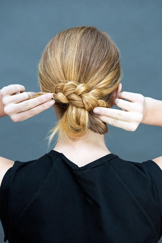 Bước 2: Quấn đoạn tóc tết lại tạo thành búi và cố định bằng kẹp tăm. (Ảnh: Stephanie Stanley)