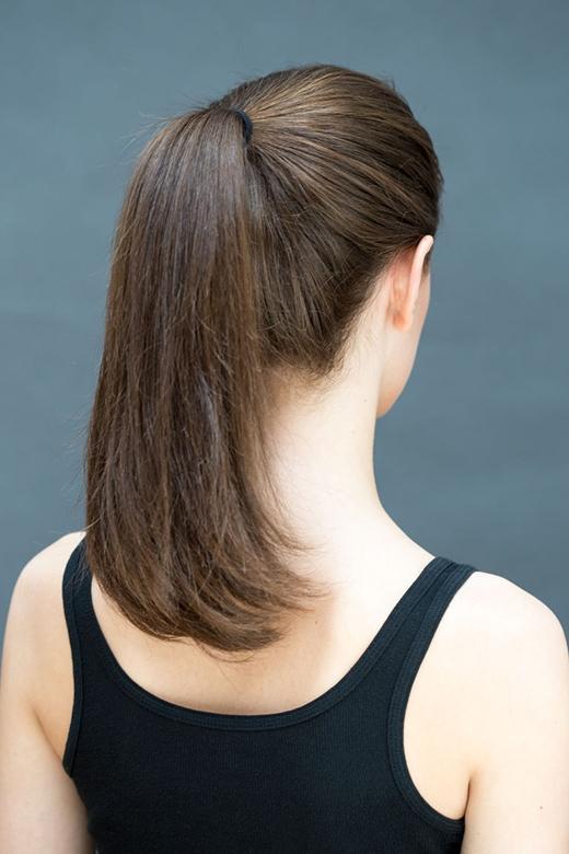 Bước 1: Cột tóc đuôi ngựa cao. (Ảnh: Stephanie Stanley)