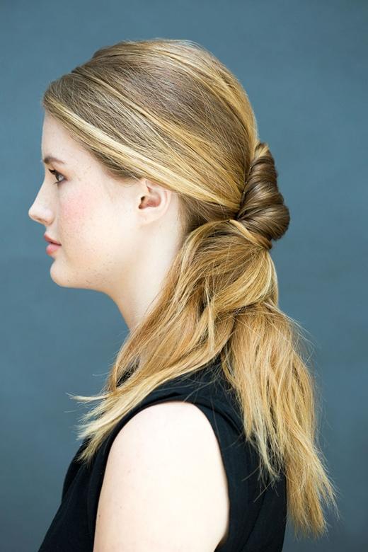 Một sự kết hợp giữa tóc búi và tóc đuôi ngựa sẽ khiến bạn trông vừa năng động vừa nữ tính. (Ảnh: Stephanie Stanley)