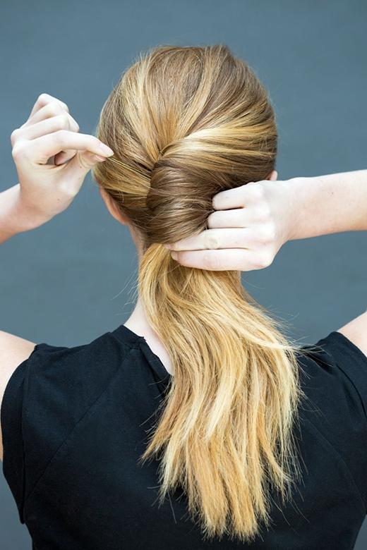 Bước 2: Xoắn đuôi ngựa thành một búi tóc rồi dùng vài cây kẹp tăm cố định lại mỗi 2,5cm. (Ảnh: Stephanie Stanley)